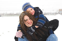 Het spelen buiten in de sneeuw stock fotografie