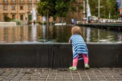 Het spelen in de Fontein van het Water Stock Foto's