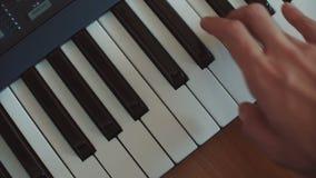 Het spelen de hand van de de pianosynthesizer van de handmens over sleutels in werking die wordt gesteld die stock footage