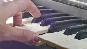 Het spelen de pianohand van de mensensynthesizer over sleutels in werking die wordt gesteld die stock videobeelden