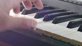 Het spelen de synthesizerpiano van de handmens over sleutels in werking die wordt gesteld die stock footage