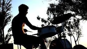 Het spelen de zon van de trommelmuziek stock videobeelden