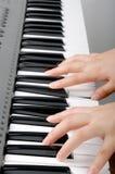 Het spelen elektronisch orgel Royalty-vrije Stock Afbeeldingen