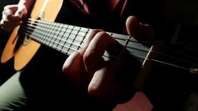 Het spelen gitaar stock footage