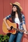 Het spelen gitaar door de schuur Stock Foto's