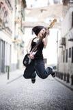 Het spelen gitaar in het midden van de stad Stock Fotografie