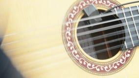 Het spelen gitaar video stock video