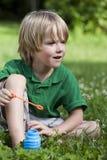 Het spelen in het gras Royalty-vrije Stock Foto