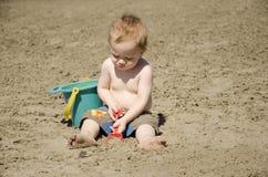 Het spelen in het zand Stock Foto's