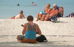 Het spelen instrument op strand Stock Foto's
