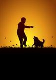 Het spelen jong geitje en hond Royalty-vrije Stock Fotografie
