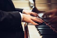 Het spelen klassieke piano De professionele handen van de musicuspianist op pianosleutels Royalty-vrije Stock Fotografie