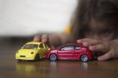 het spelen met auto's Stock Foto's