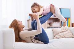 Het spelen met baby stock foto