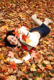 Het spelen met bladeren stock foto