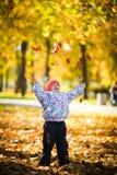 Het spelen met bladeren Stock Afbeeldingen