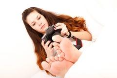 Het spelen met camera in het bed Stock Foto's