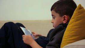 Het spelen met Digitale Tablet stock footage
