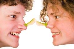 Het spelen met esdoornzaad op neus Royalty-vrije Stock Foto