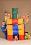 Het spelen met gekleurde kussens Stock Afbeelding