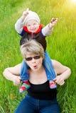 Het spelen met grootmoeder in zonsondergang stock foto's