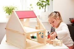 Het spelen met het huis van de pop Stock Foto