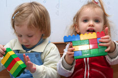 Het spelen met kubusblokken Royalty-vrije Stock Foto's