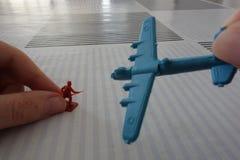 Het spelen met militaircijfers en vliegtuigen (iii) Stock Fotografie