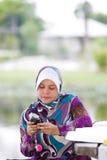 Het spelen met mobiele telefoon Stock Foto's
