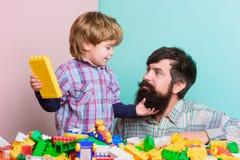 Het spelen met papa de bouwhuis met aannemer Kindontwikkeling Gelukkige familievrije tijd vader en zoonsspelspel royalty-vrije stock afbeeldingen