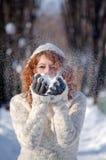 Het spelen met sneeuw Royalty-vrije Stock Afbeeldingen