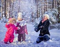 Het spelen met sneeuw Stock Afbeelding