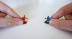 Het spelen met stuk speelgoed militairen Stock Foto