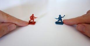 Het spelen met stuk speelgoed militairen Royalty-vrije Stock Foto's