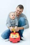 Het spelen met vader Stock Foto