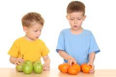 Het spelen met vruchten stock afbeeldingen