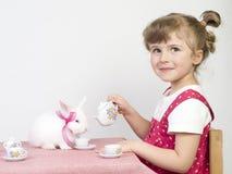 Het spelen met wit konijn stock foto