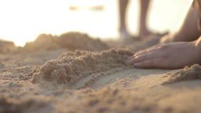Het spelen met Zand stock videobeelden