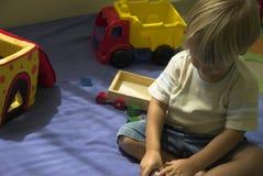 Het spelen met zijn speelgoed Stock Fotografie