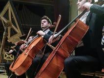 Het spelen op cello's in een overleg Royalty-vrije Stock Foto