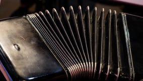 Het spelen op een grote harmonika Het spelen van het harmonikaclose-up Oude muzikale instrumenten Russische bayan - knoopharmonik royalty-vrije stock fotografie