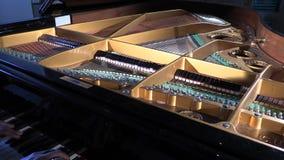 Het spelen op geopende piano stock videobeelden