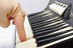Het spelen op harmonikatoetsenbord Stock Foto's
