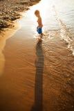 Het spelen op het strand royalty-vrije stock foto