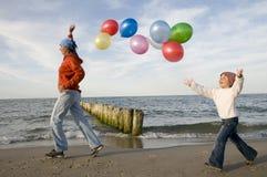 Het spelen op het strand Stock Foto