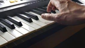 Het spelen overreden de piano van de de handsynthesizer van de muziekmens stock videobeelden