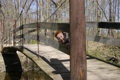 Het spelen peekaboo op de brug royalty-vrije stock afbeeldingen