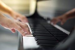 Het spelen piano stock fotografie
