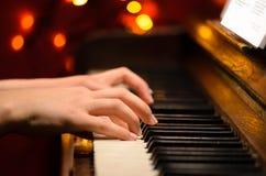 Het spelen piano stock afbeeldingen