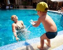 Het spelen in pool Stock Foto's